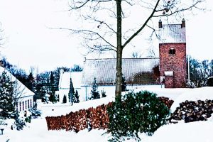 Idyllisk by med snedækket kirke