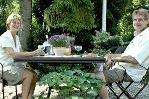 Mai og Claus – morgenmad i haven